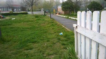 În parcul de la Balnear. Un sfert din gard a dispărut...