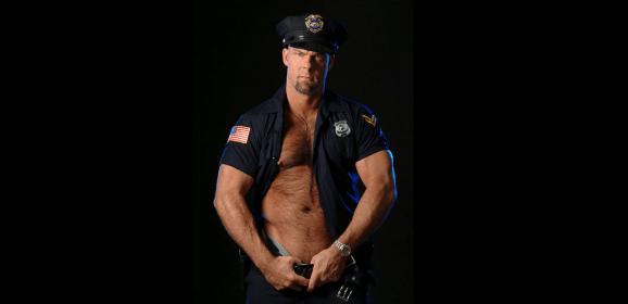 Policía atiende queja por ruido en fiesta gay ¡y lo confunden con stripper!