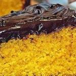 Bolo de cenoura com uma deliciosa de cobertura de chocolate