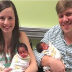 Mulher dá à luz 3 bebês de pele negra, e a verdade por trás da história faz o mundo chorar!