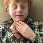 Menino fazendo contato pele a pele no irmão mais novo está derretendo corações