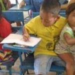 Menino de 7 anos leva irmão mais novo à escola para não perder aula e emociona professora!