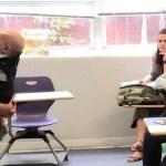 Professora segura bebê para aluna na sala de aula e gentileza faz sucesso
