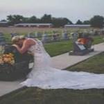 Uma noiva ajoelha-se em lágrimas com o seu vestido de noiva diante do túmulo do homem com quem ela não se pôde casar