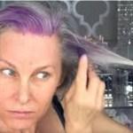 Mulher de 52 anos faz madeixas roxas no seu cabelo branco. Minutos depois, a transformação incrível é revelada