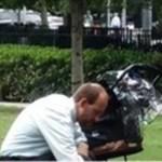 Homem com carrinho vazio agachado no parque pensa que ninguém está observando, mas um atleta bate uma foto e revela toda a verdade