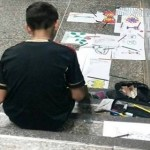 Menino vende desenhos na rua para ajudar mãe paralítica