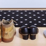 Usa calçados dentro de casa? Nunca devia fazê-lo! A ciência explica porquê!