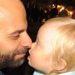 Homem solteiro adota uma menina, recusada por sete famílias, porque tem síndrome de Down