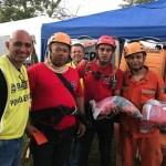 Voluntários lavam e passam uniformes cheios de lama dos bombeiros em Brumadinho