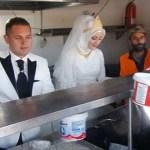 Casal usa seu casamento para alimentar 4000 refugiados durante todo o dia