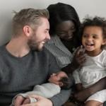 Casal está conquistando o mundo ao mostrar a família que o amor fez nascer