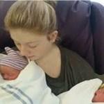 Mãe não sabia que estava grávida, vai ao banheiro fazer xixi e dá à luz gêmeas