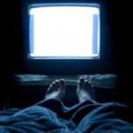 Dormir com luz acesa ou televisão ligada aumenta risco de obesidade, aponta pesquisa
