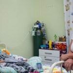A história da enfermeira que adotou garoto com paralisia abandonado pelos pais