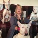 Um homem fez sua esposa escolher entre ele e seus cães, ela ficou com os cães