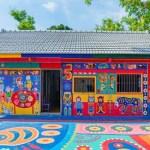 Avô de 97 anos salva a aldeia pintando as construções com arte colorida