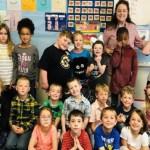 Escola inteira é incentivada a aprender língua de sinais pra receber aluna surda