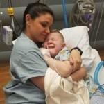 Criança acorda assustada e sozinha após a cirurgia e a enfermeira aproxima-se e lhe dá um abraço apertado