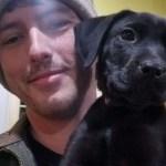 Homem surdo adota cão surdo e ensina língua de sinais