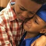 Menino de 8 anos vai às lágrimas ao ver a irmã se formar na pré-escola
