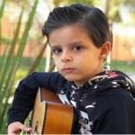 """Filho de Cristiano Araújo, de 6 anos, toca violão e é chamado de """"mini Cris"""""""