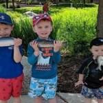 Engraçado: mãe fotografa filhos sem perceber que um deles está com peixe na boca