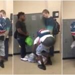Colegas oferecem roupas a aluno que sofria bullying por andar sempre com a mesma roupa