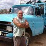 Proprietário de ferro velho recupera cadeiras de rodas usadas e doa para deficientes que não podem comprá-las