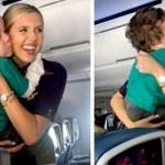 Comissária de voo tranquiliza uma criança autista no avião levando-a para um passeio na cabine do piloto