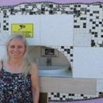 Mulher constrói bebedouro no muro de casa para matar sede de moradores de rua