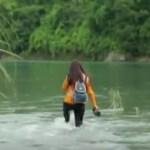Professora caminha diariamente durante 2 horas e atravessa 5 rios para chegar até a escola onde dá aula