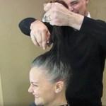 Mulher se cansa de esconder seus cabelos grisalhos, uma mudança no corte deixa-a irreconhecível