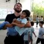 Professor de educação física pegou um aluno com deficiência no colo para pular corda com ele