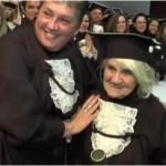 Idosa conclui faculdade aos 87 anos com tese escrita à mão
