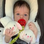 Laura Neiva posta foto de um mês da filha