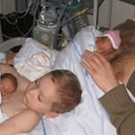 Foto de menino que ajuda o pai a cuidar dos irmãos gêmeos prematuros viralizou nas redes sociais
