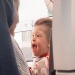Encontro inesperado de meninos com Down em avião emociona mãe e carta viraliza