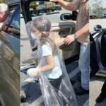 Avô enrola a neta em plástico para poder abraçar o pai policial