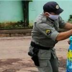 Policial militar doa máscaras à idosa para protegê-la do novo coronavírus