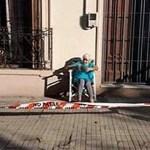 Vovó tem ideia original: cria cordão de isolamento na calçada para aproveitar o sol da manhã