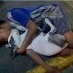Menino sem-abrigo dorme no chão abraçado ao seu cão fiel e as pessoas passam mostrando total indiferença