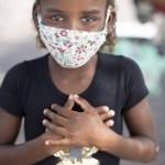 """Apresentador Luciano Huck ajuda família de menina que portava cartaz, no Rio, """"troco uma máscara por um alimento""""."""