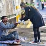 Adriane Galisteu participa na entrega de quentinhas para moradores de rua em São Paulo