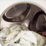 Toalhas macias, roupas brancas mais brancas e muitas soluções de lavandaria usando vinagre