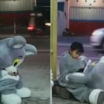 Menino de 9 anos trabalha como mascote para ajudar a família