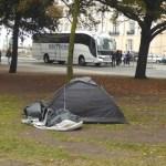 Mãe pune a filha fazendo-a dormir em uma barraca durante a noite: ela insultou um morador de rua
