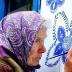 Idosa de 87 anos não desiste do seu hobby de pintar casas