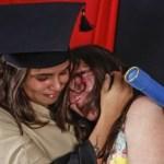 Estudante veste uniforme da mãe faxineira para homenageá-la em formatura