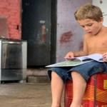 Menino de 5 anos visto recolhendo livros no lixo causa emoção e web se mobiliza para ajudá-lo